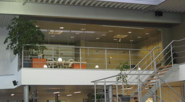 Garage Move (Brugge) - Vitrinebeglazing in hoogrendementsglas met glazen steunvinnen - binnenwanden