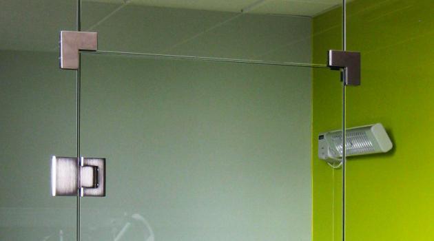 H. Hartziekenhuis (Roeselare) - plaatsing van volglazen wand in gehard glas met glazen deur op zelfsluitende scharnieren