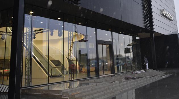 Garage Ghisterlynck (Kuurne) - Vitrinebeglazing in Thermobel dubbel glas met glazen steunvinnen