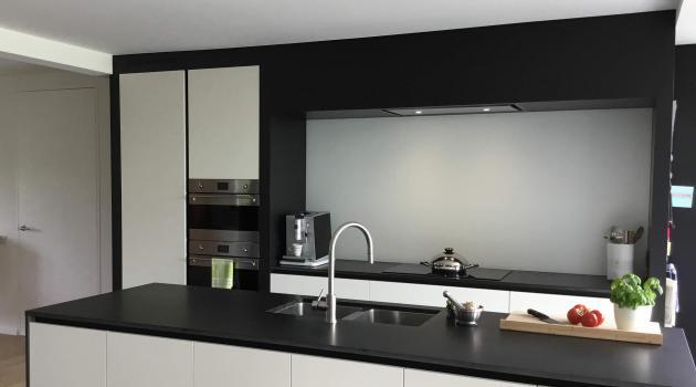 glazen spatwand in keuken - Glazen spatwand in gehard gelakt glas